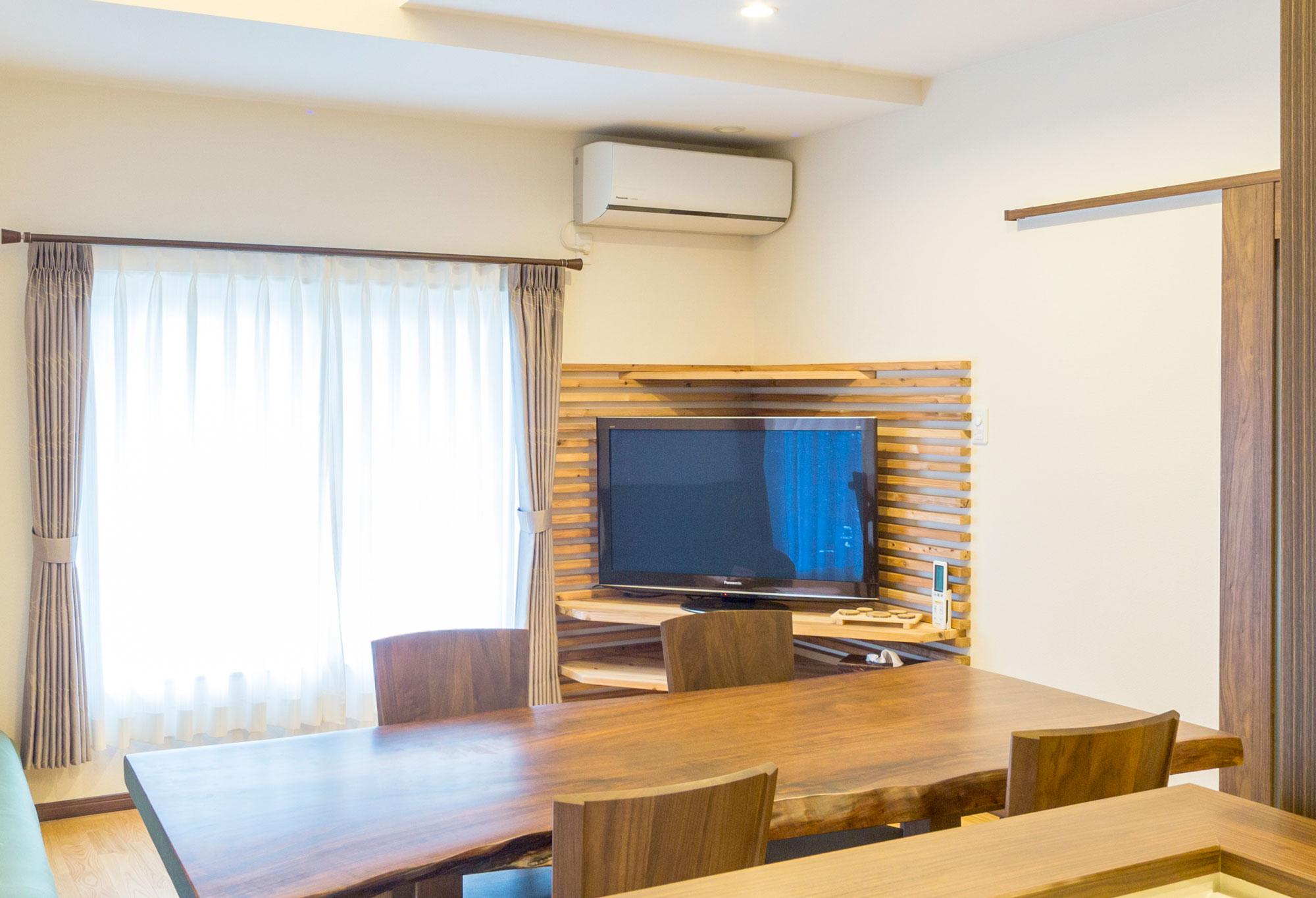 角スペースには、木+新発想のテレビ台を造作し、味わいある雰囲気が生まれました。