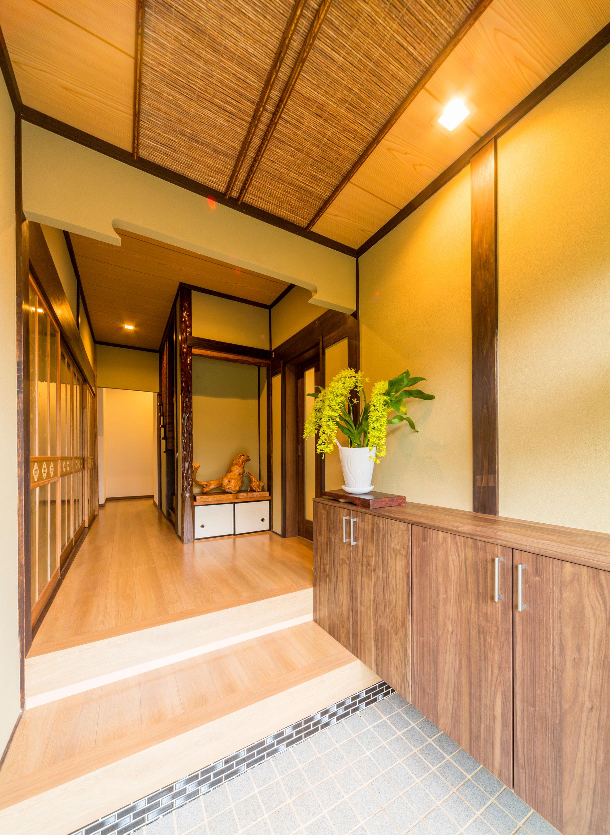 間取りはそのまま活かしながら、飾り間を改装することで趣のある玄関に再生しました。