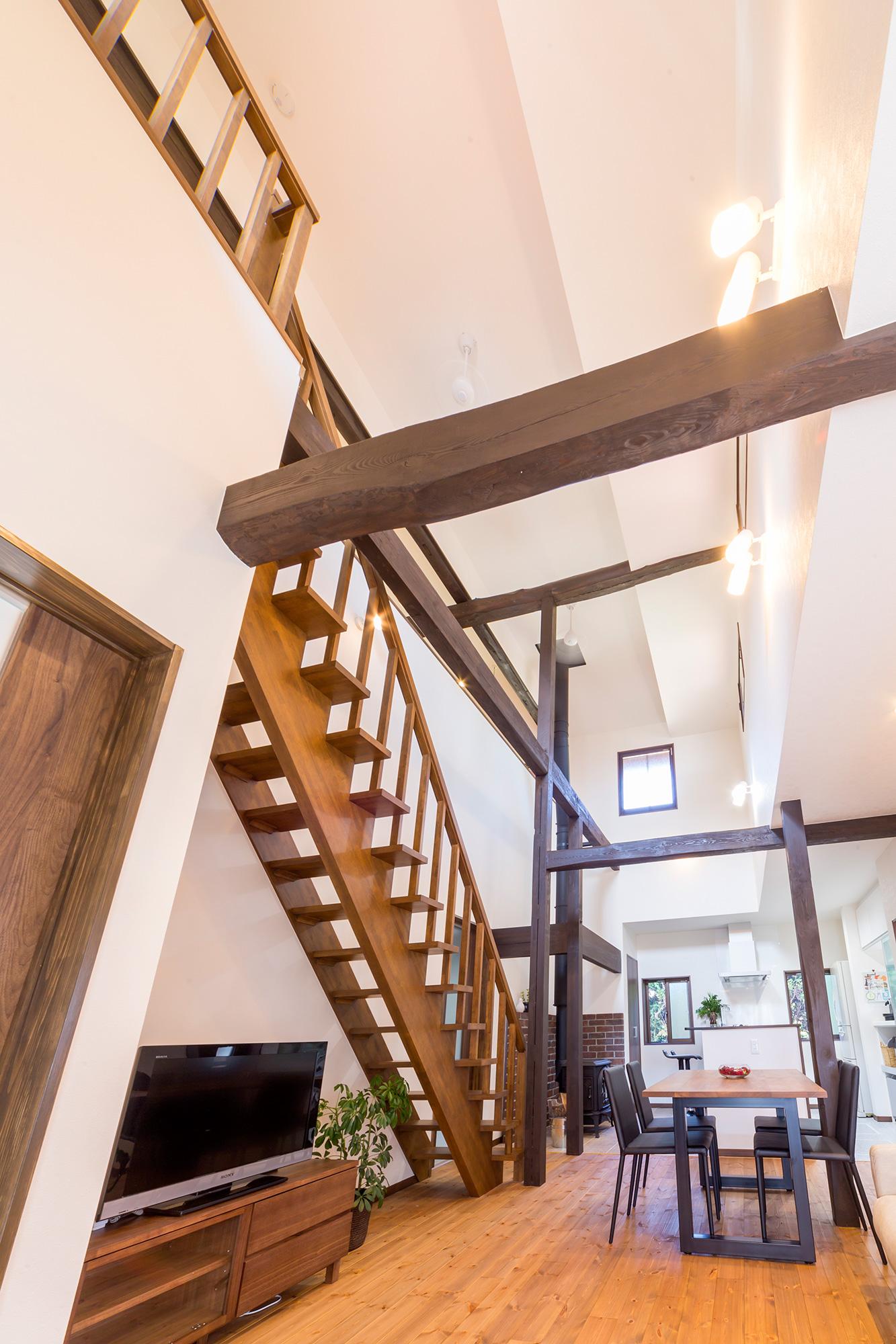 リビング内に階段を。階段下はテレビのスペースに。