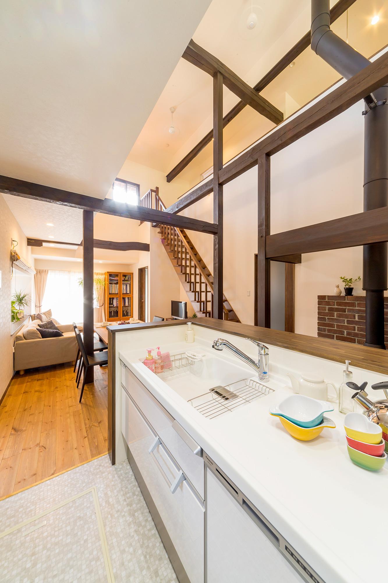 以前は土間で壁向きタイプだったキッチンは、LDKとのつながりを感じる対面式へ。