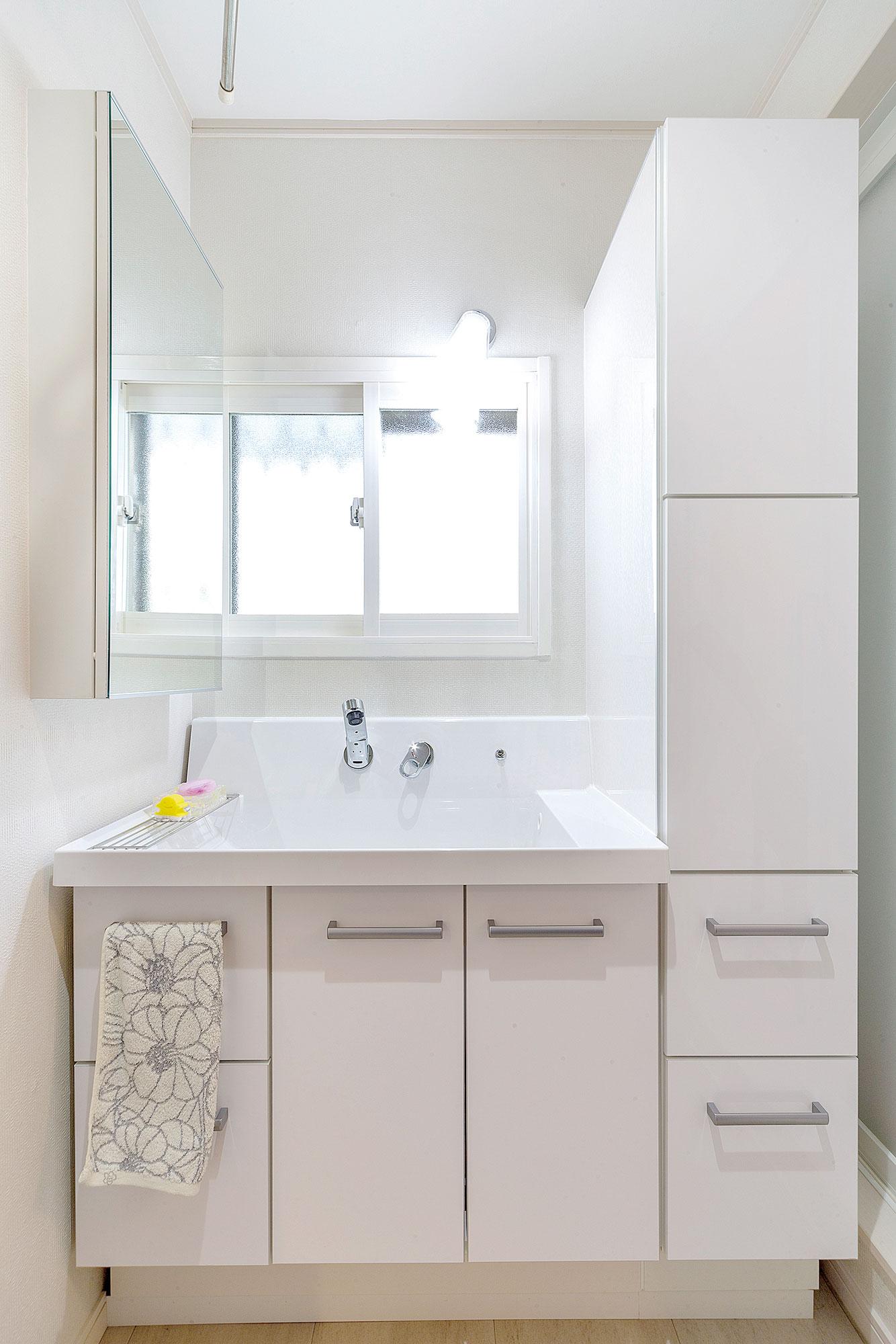 洗面台の右側には、水はねを考慮してサニタリーパネルを貼りました