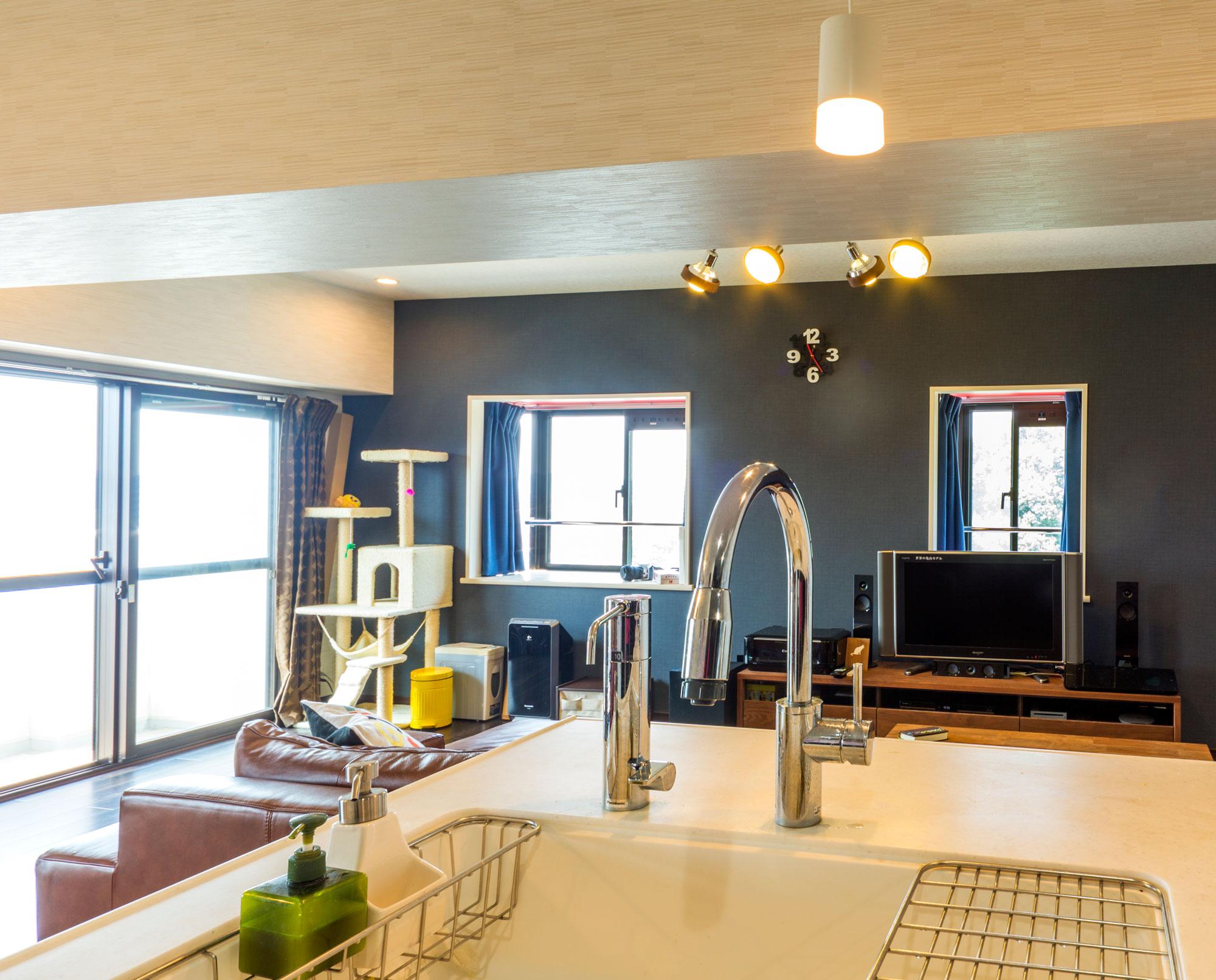 LDの壁クロスとシステムキッチンの建具は色味を合わせて統一感を演出。