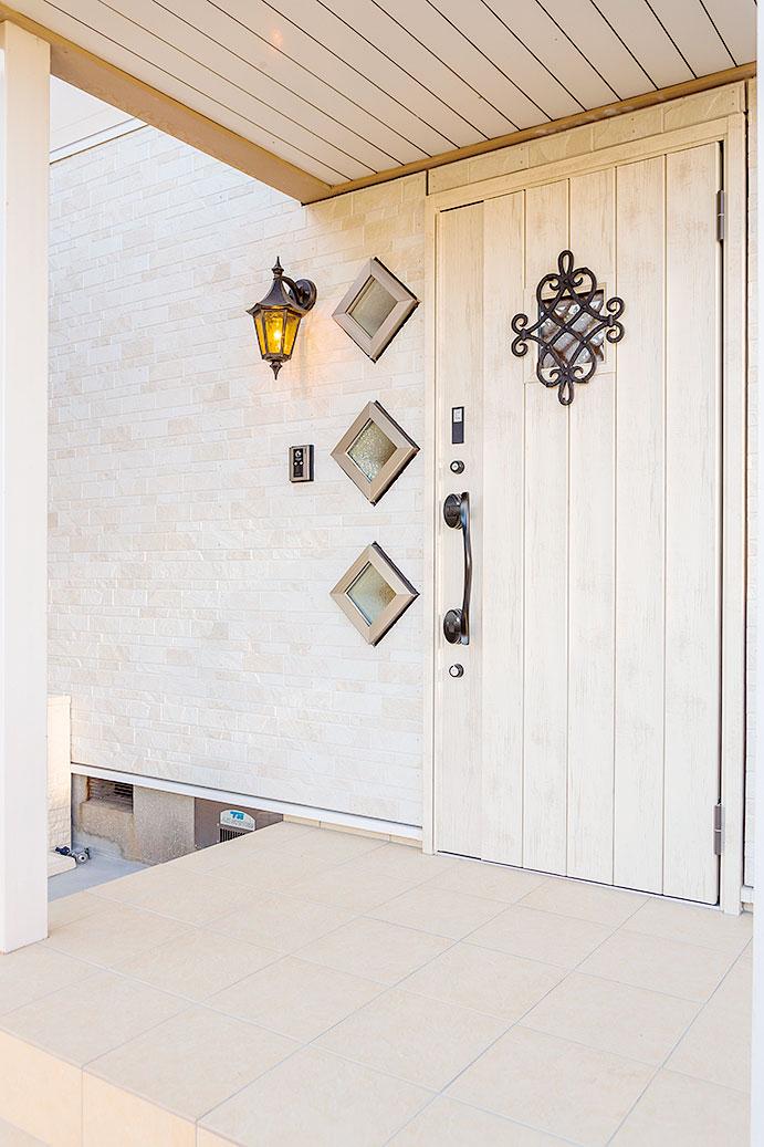 ひし形の採光窓をはじめ、サイディング壁やポーチタイルなどイメージを一新