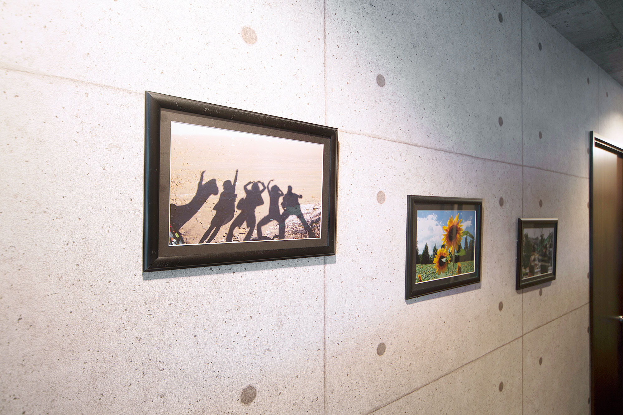 一見すると石を思わせるような廊下の壁はデザインクロス。