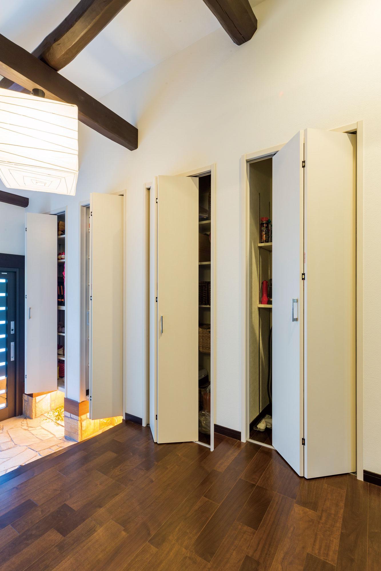 玄関の段差に合わせながら高さを揃えて設けられたユニークな扉付き収納。