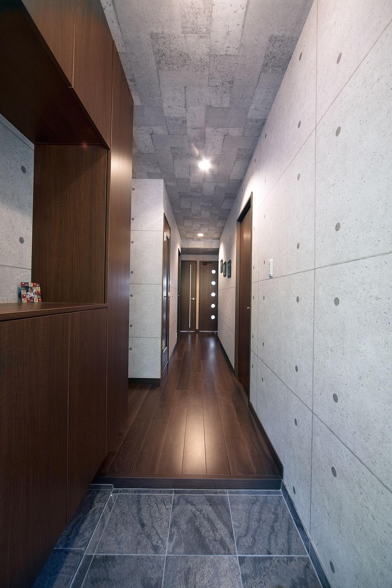 玄関からLDK、それぞれの居室、水廻りへつながるギャラリー空間のような直線廊下。