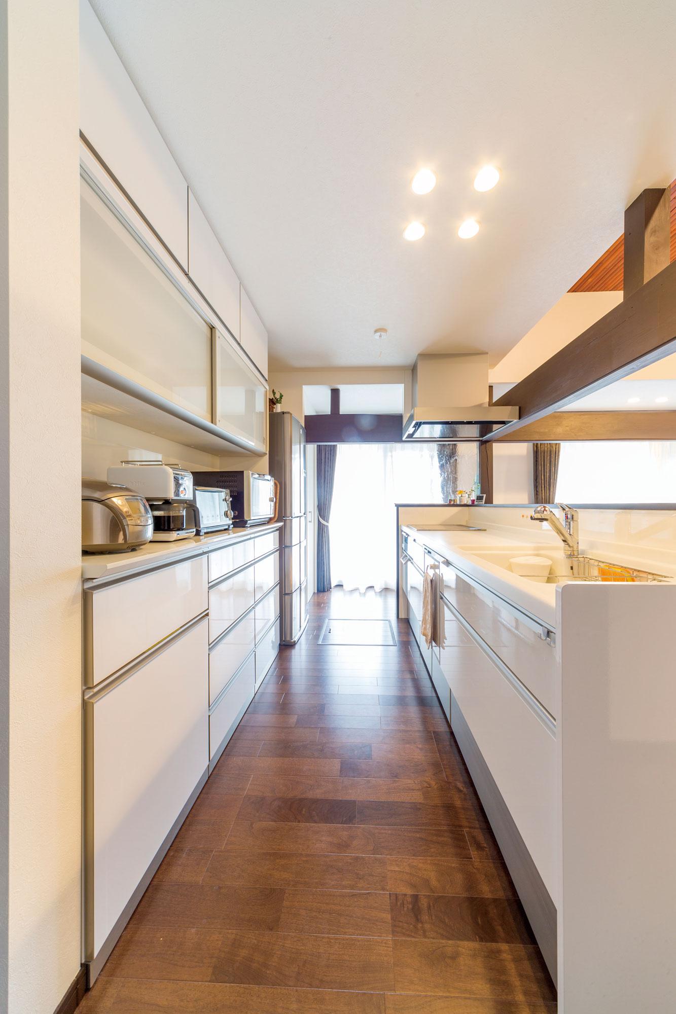ご主人の発案によるキッチンカウンターを彩る壁クロスがあしらわれた明るく使いやすいキッチン。