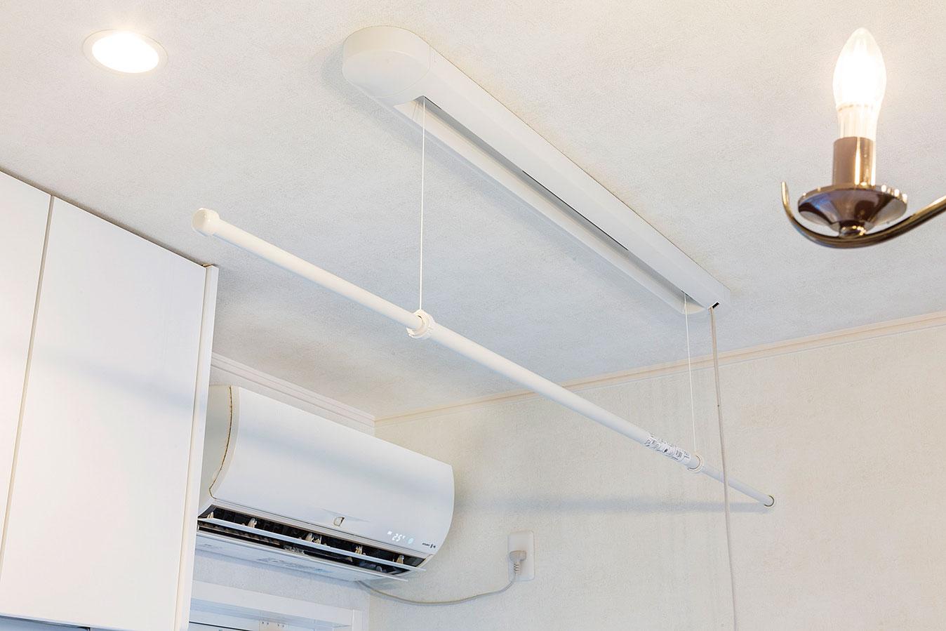 部屋干しできるよう室内物干しユニットを設置。エアコン前で効率的に乾かせる