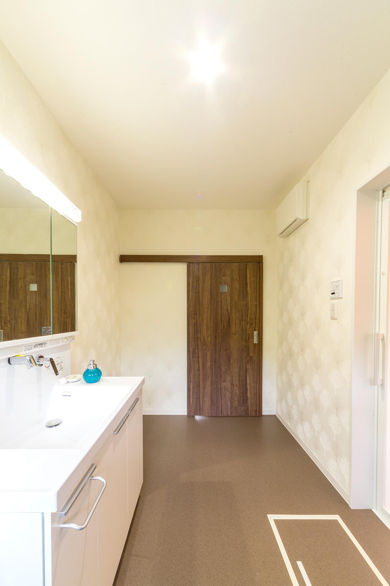 広く明るい洗面脱衣室と浴室。