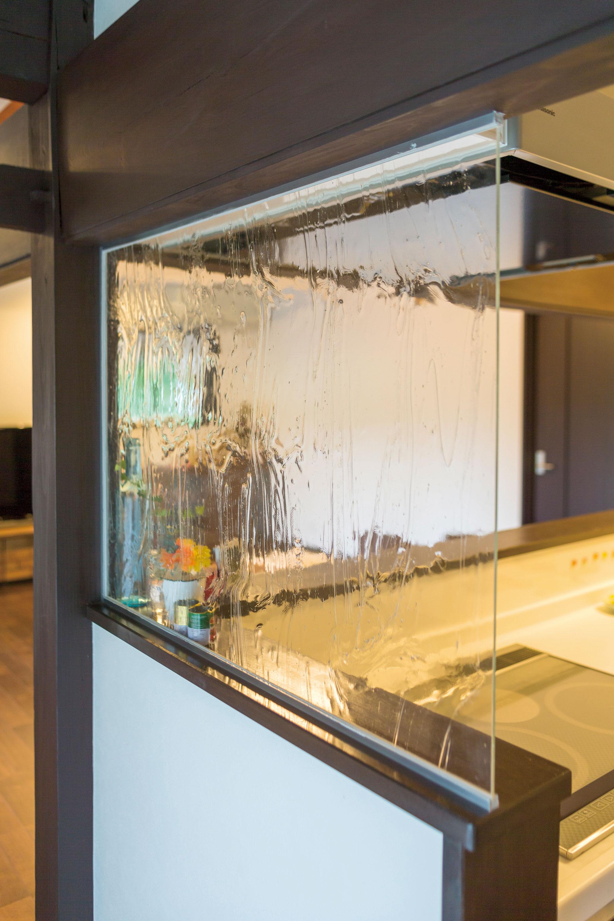 ガラスキッチン横には、質感のあるガラスを採用。圧迫感がなく、広がりのあるLDKへ視線が行き届きます。