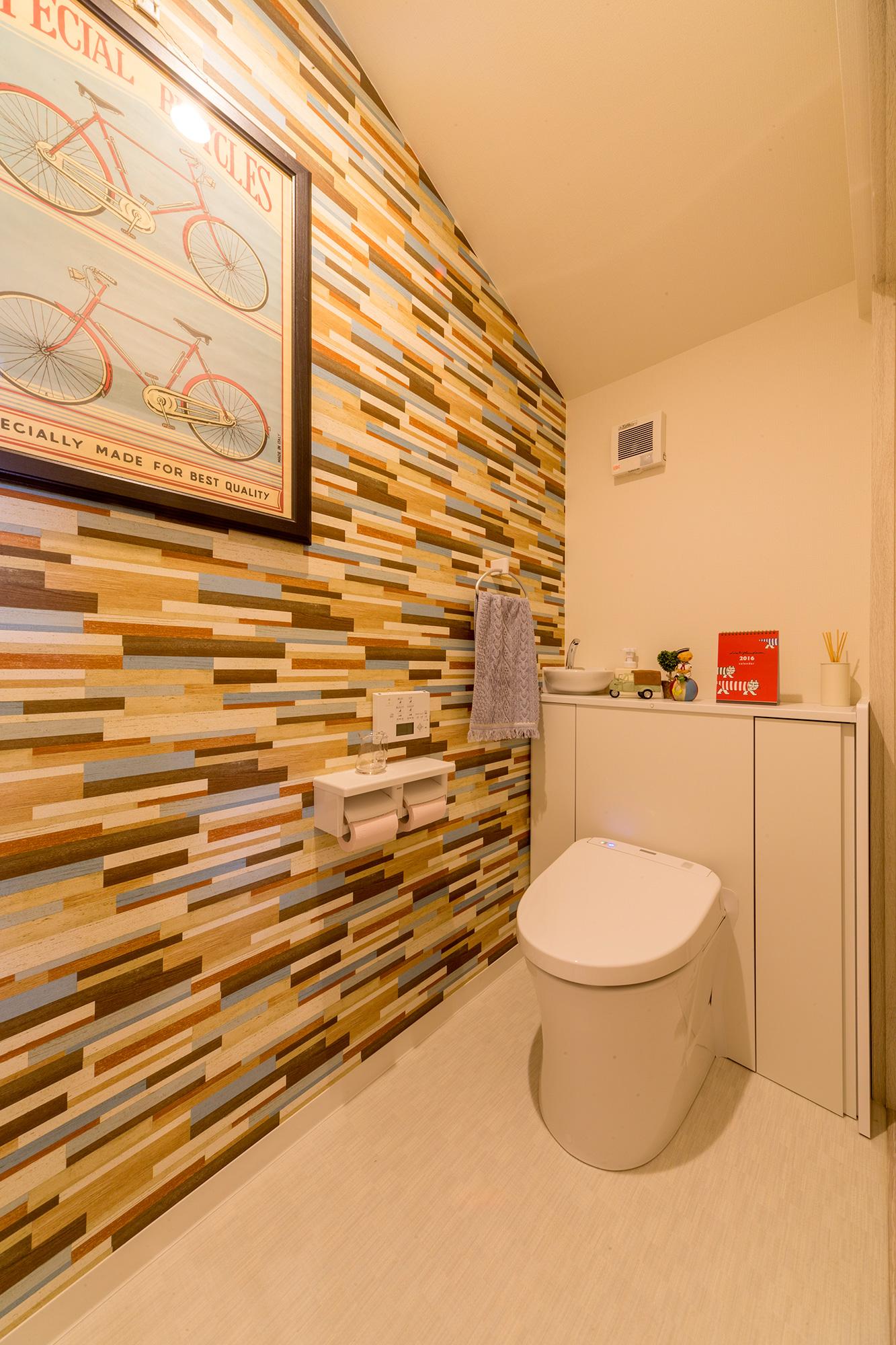 2階のトイレにはデザインクロスを採用し、たのしさもプラス。