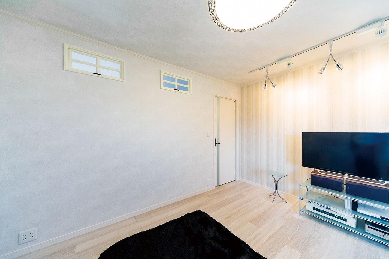 二階のリビングには採光と通風を考慮し、オシャレな室内窓を壁上部に設置