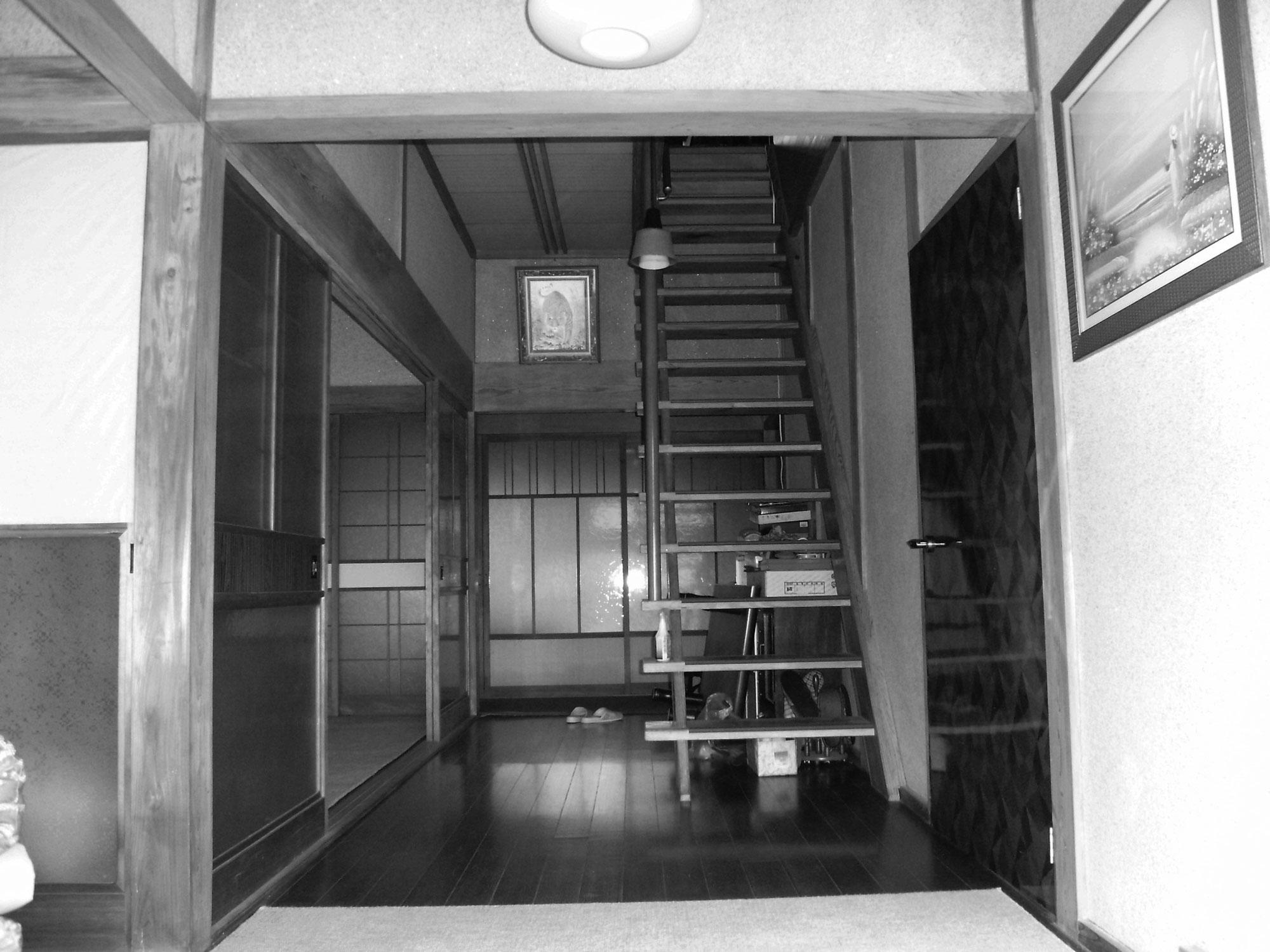 before かつての玄関ホール。階段をリビング内へ移動する提案に感心されたそうです。