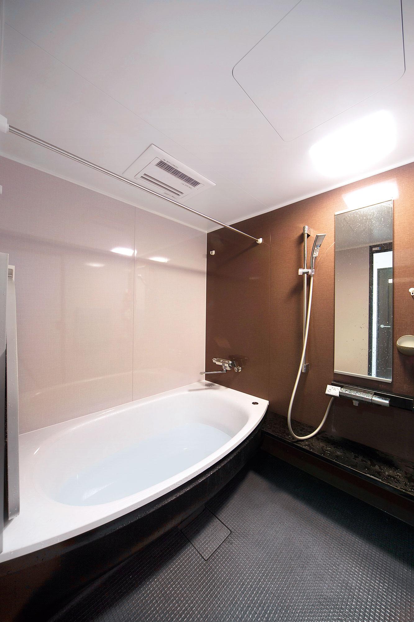 半身浴も楽しめる広い浴室。