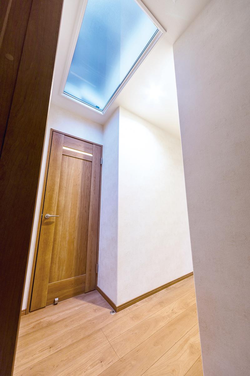 窓がなく暗かった廊下スペースにトップライトを設け、明るさを確保しました。