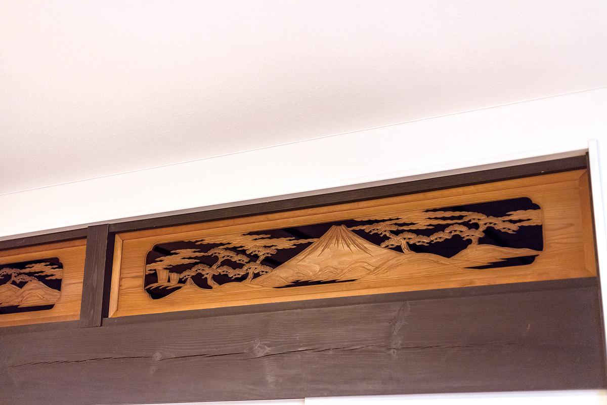和室の欄間は以前のまま。古民家らしい職人技術を新しい家にもしのばせています。