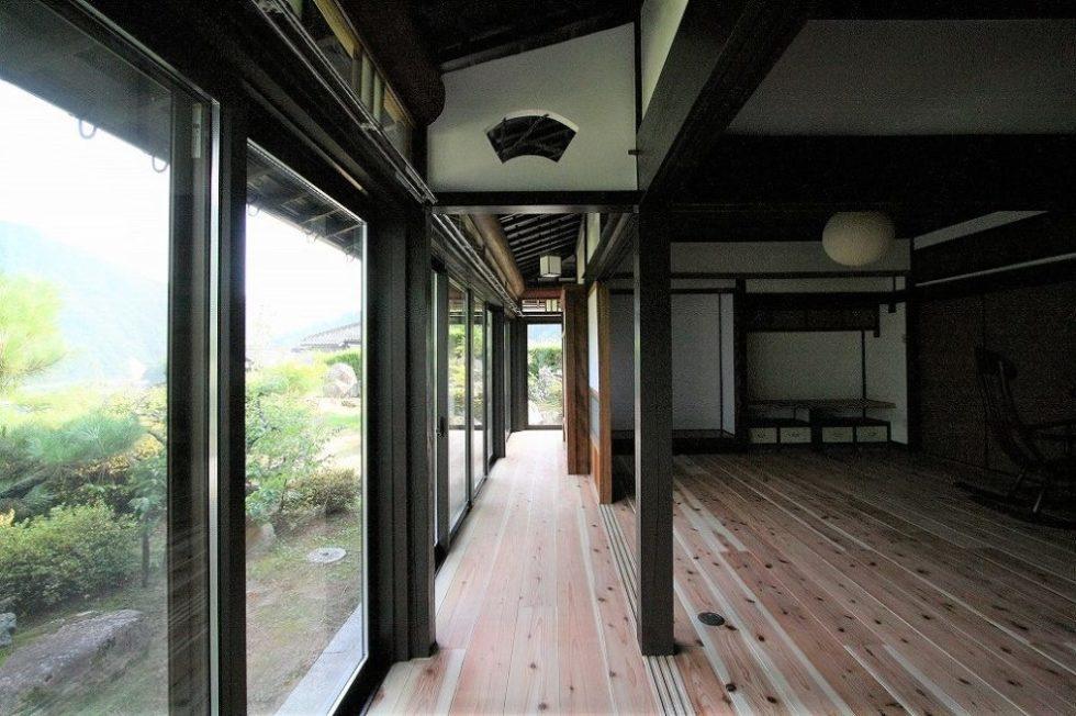 縁側もLDKと同じ杉材に張り替えました。大きな開口部はペアガラスに入れ替え断熱も考慮。