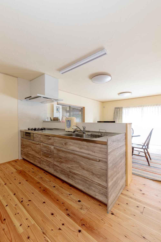 東広島市|無垢床に合う木目調の対面キッチン