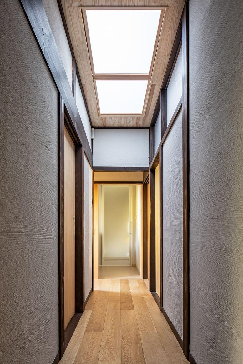 昼でも暗くなるトイレ前の廊下の天井に天窓を設置して、明るさを確保。