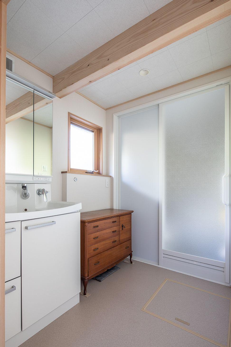 システムバス規格の高さに合わせて天井高を上げた、広々と明るく快適な洗面室。