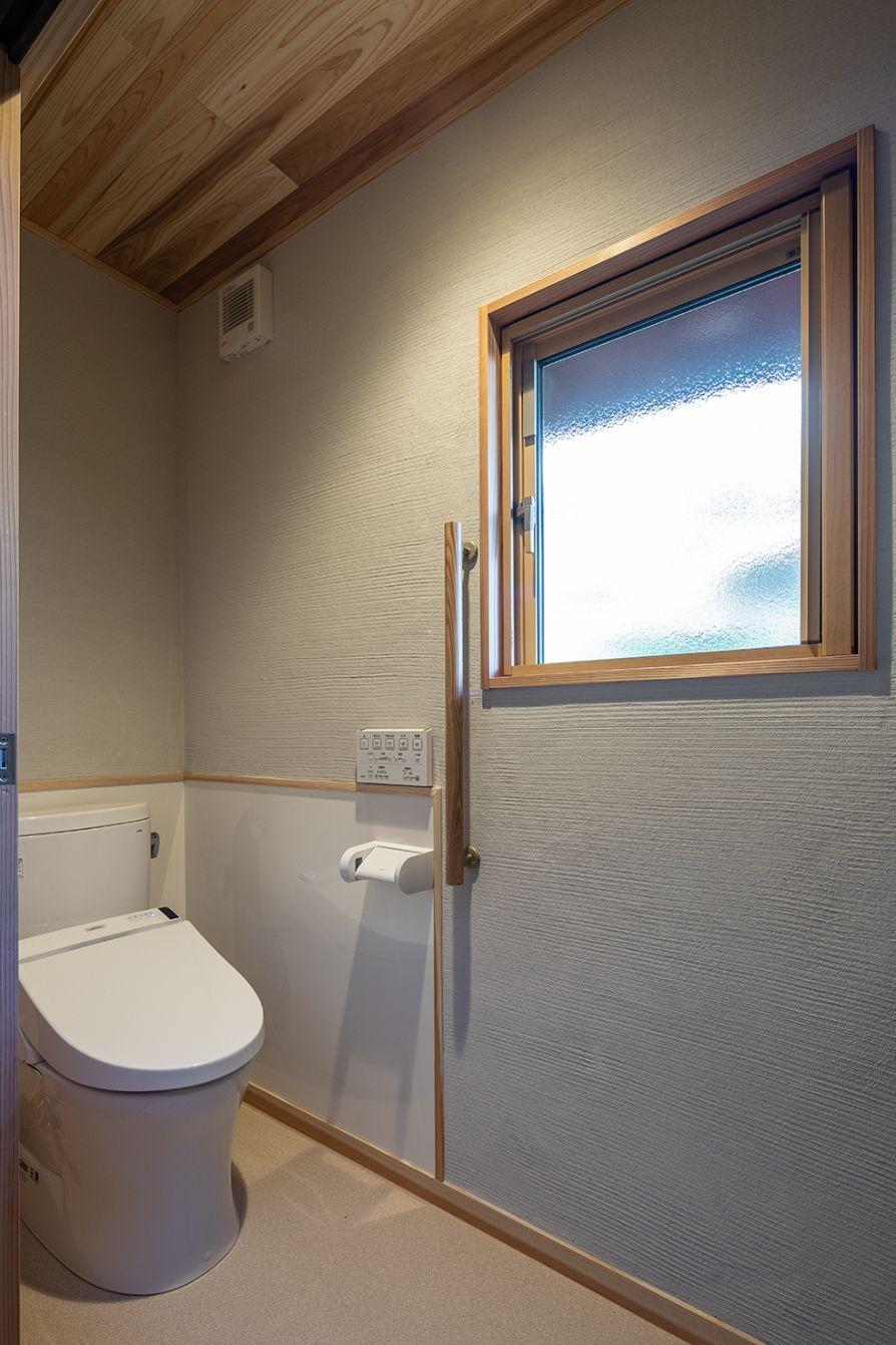 LDKにも近い、使いやすい場所にトイレを新設。天井、壁は自然素材で統一。