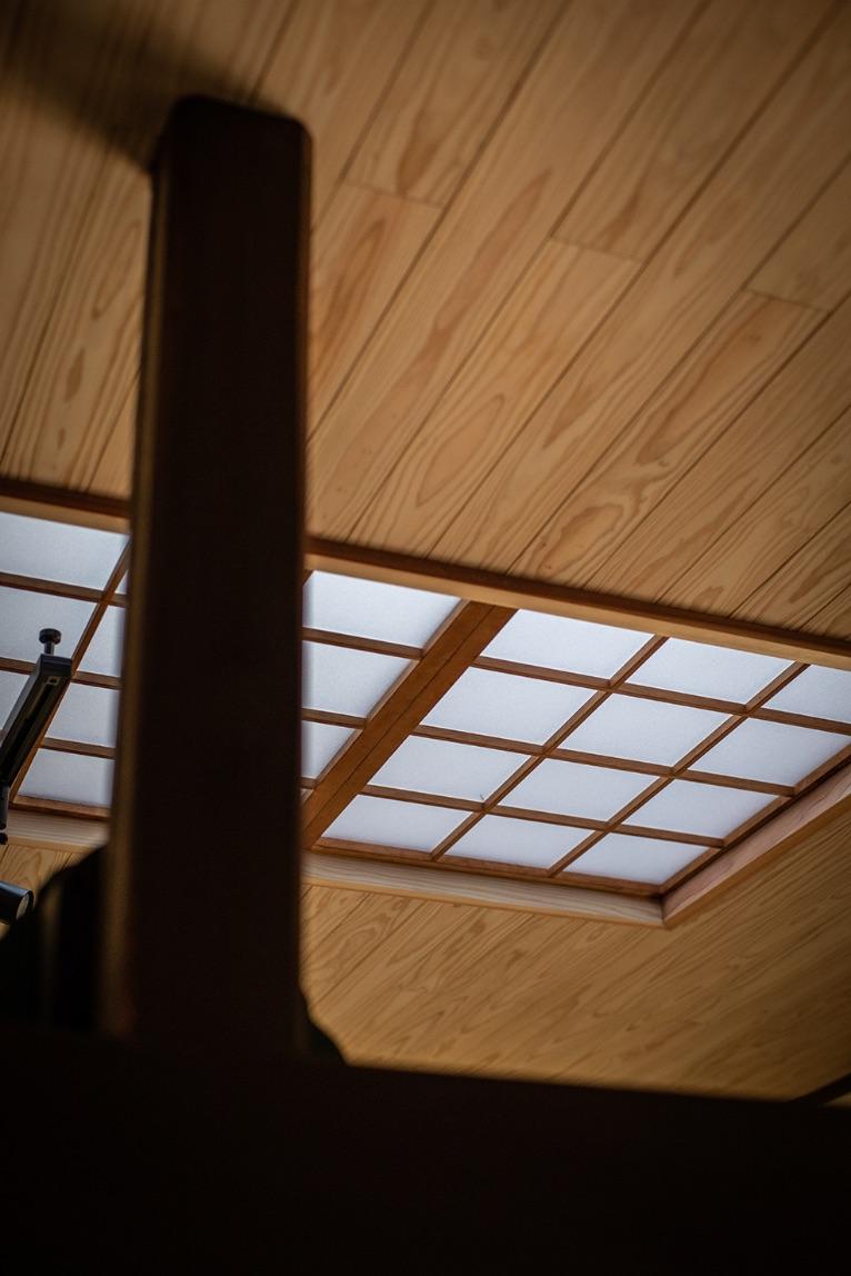 光が強過ぎたダイニングの天窓は、アクリル板を入れて日差しを和らげました。