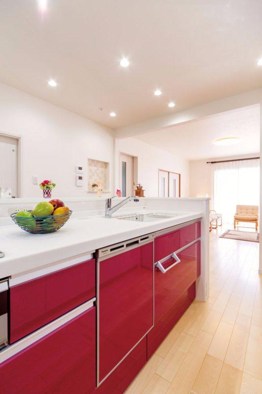 憧れの対面キッチンの扉は「元気になれるから」との理由でベリーレッドに
