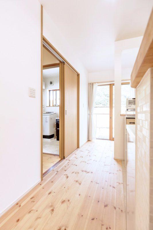 洗面室の隣に掃出し窓を設け、少ない移動で物干し場へ