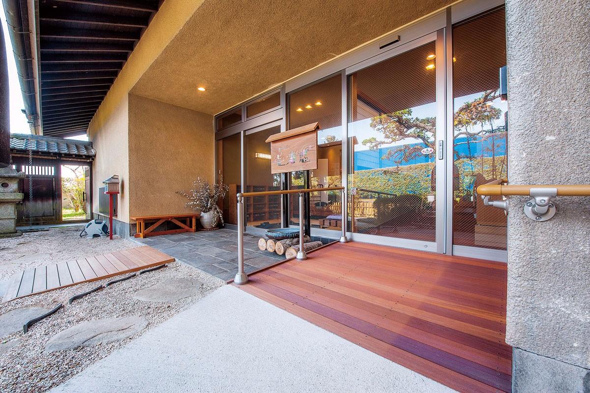 玄関はスロープと平坦なアプローチを使い分ける設計