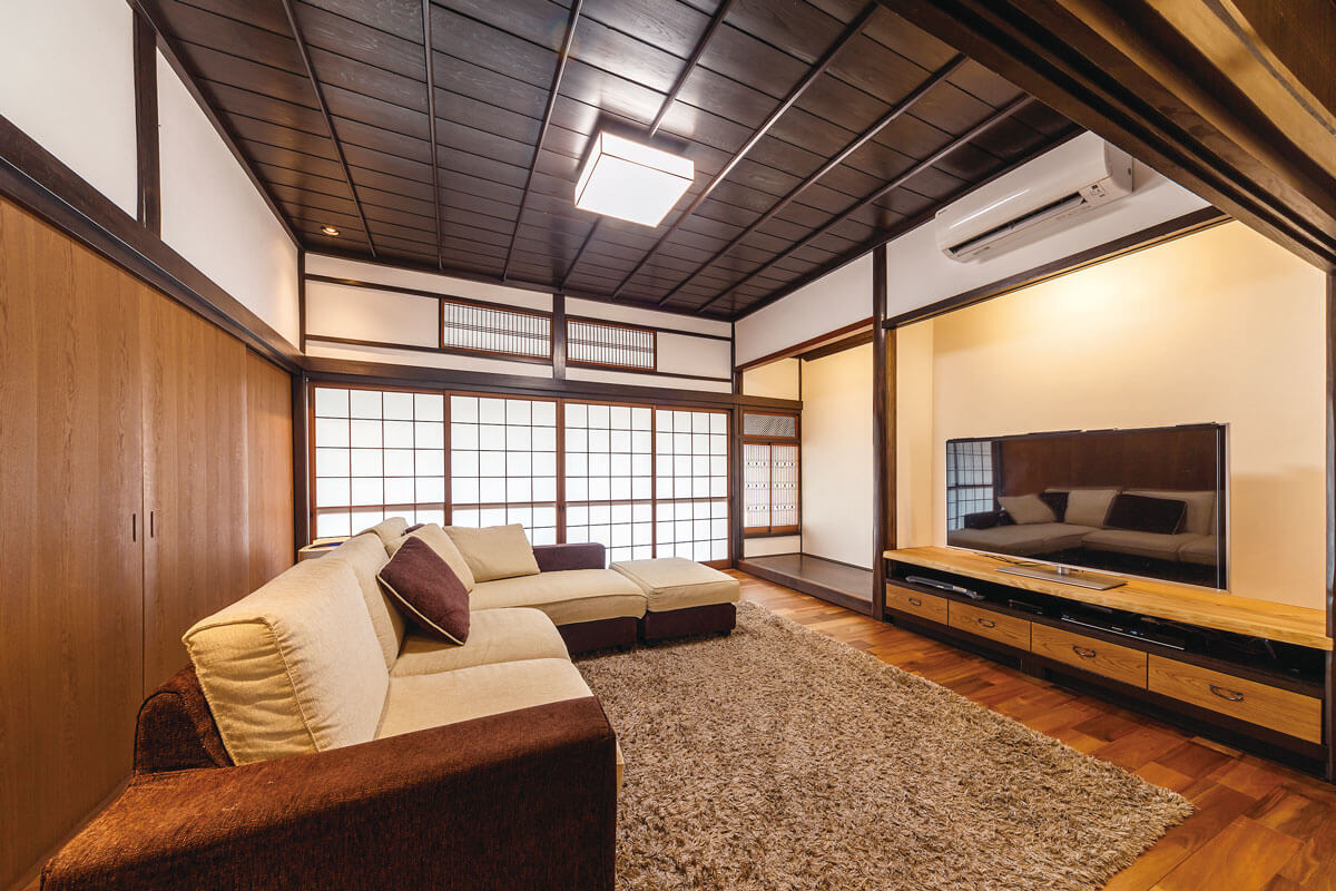 床は木目の表情の変化が特徴的なアカシアの無垢材。テレビボードは造作したもの。