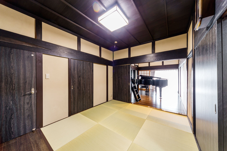 ピアノ室・キッチン・寝室・洗面室をつなぐ空間は、開放しても違和感のないモダンな空間に。