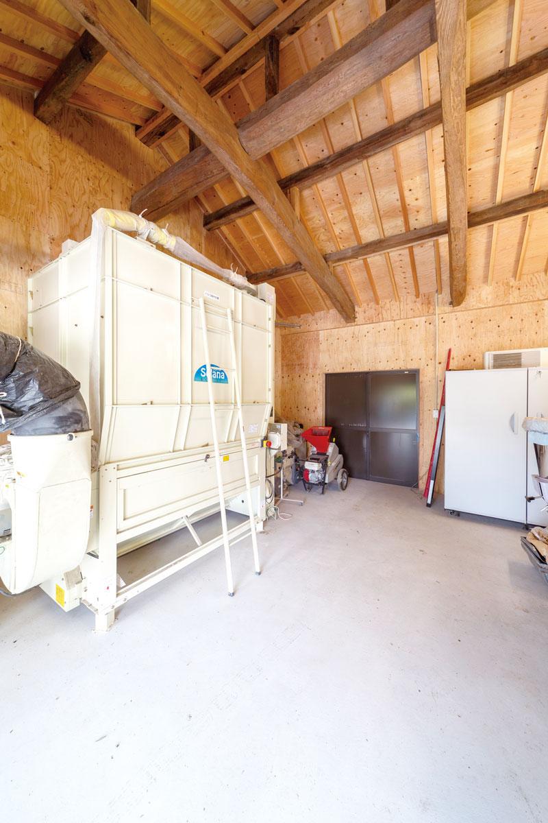 天井の梁は建設当時のもの。米を乾燥機にかけるスペースを確保し、籾殻を排出しやすく間口の高さも調整しました。