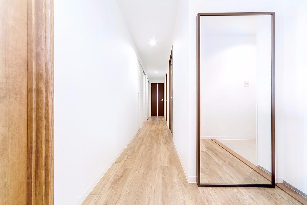 玄関ホールは姿見鏡のサイズに合わせて土間を広げました。