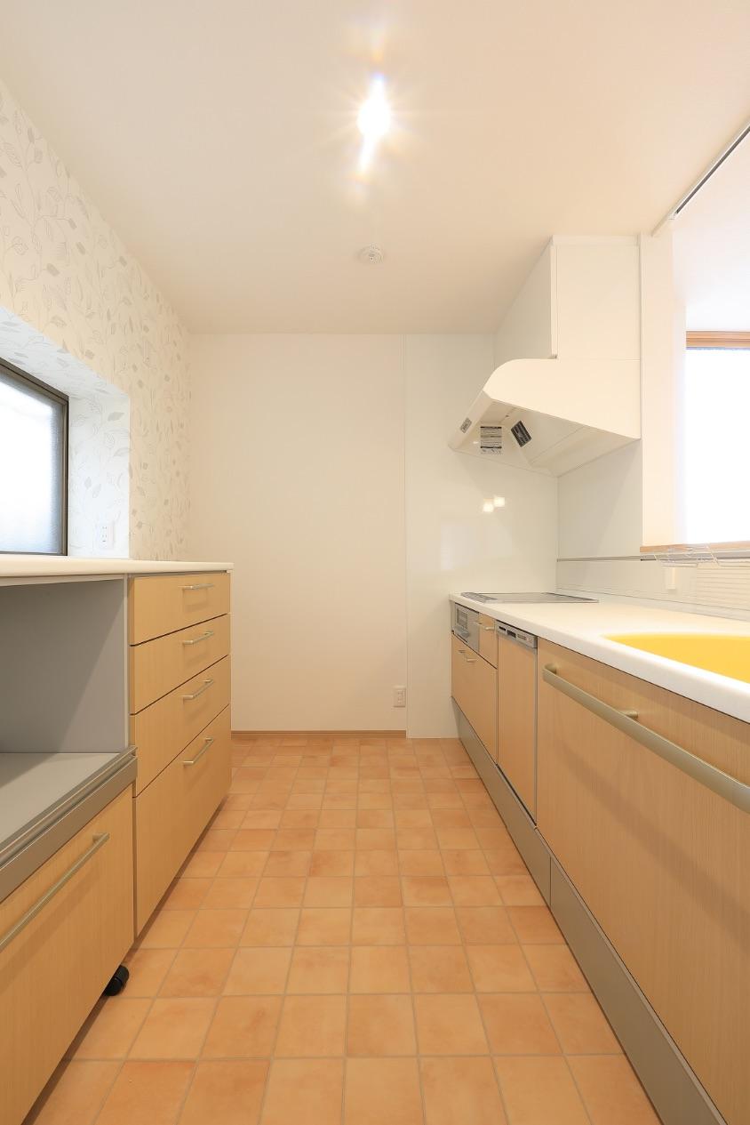 通路幅を拡張したキッチンは、下部収納を充実させたことで、背の高い食器棚が不要に。