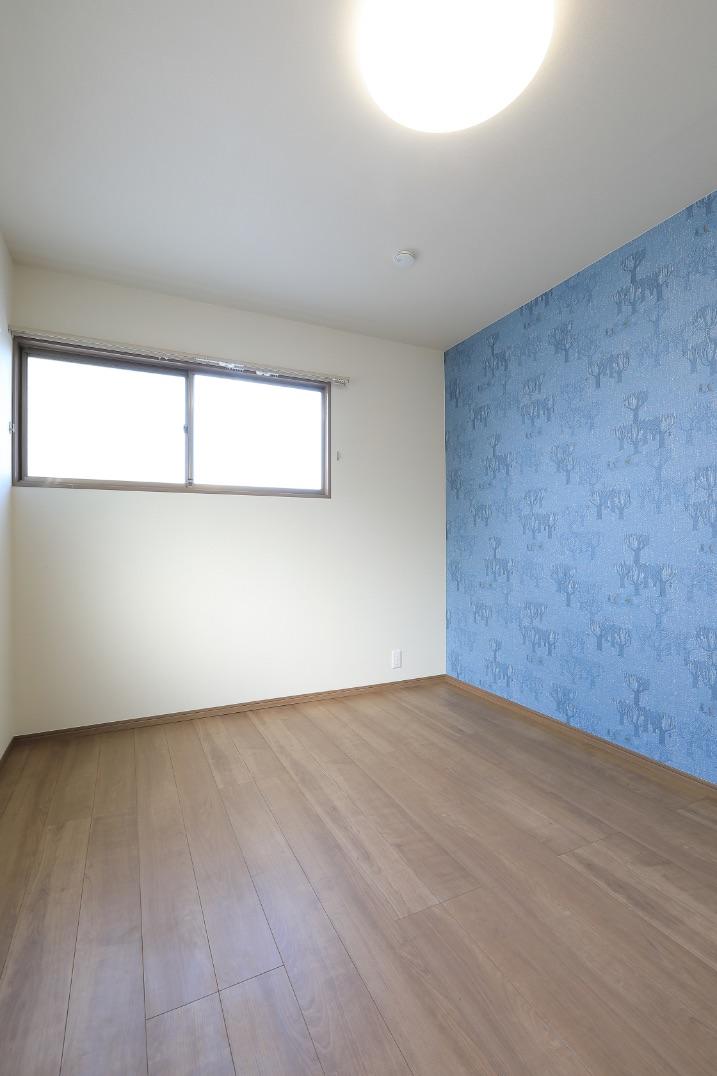 狭かった納戸を、隣接する和室の押入れを取り込んで拡張し、子ども部屋にしました。