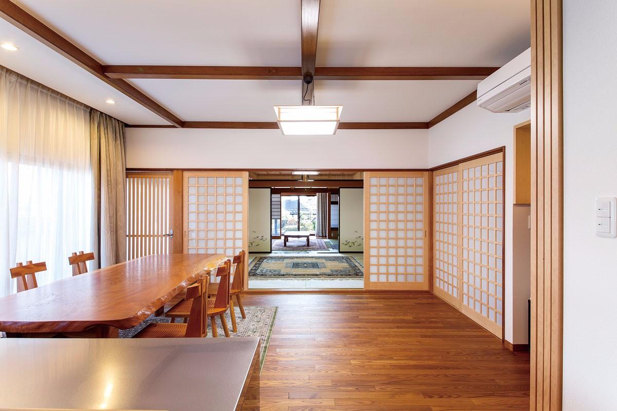 キッチンから見える和室と庭のつながりは圧巻の風景
