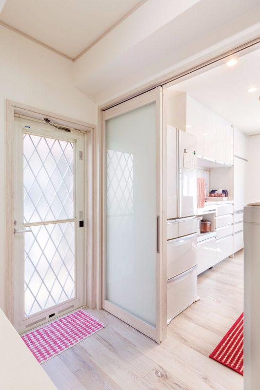 食品庫は吊り引き戸タイプで、敷居が無く掃除が楽