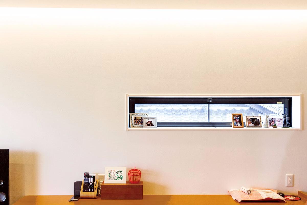 造り付けのカウンターと明かり取の横長の窓