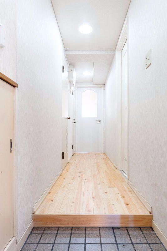 廊下もLDとの段差を解消し、ヒノキの無垢材で統一