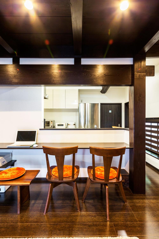 キッチンの対面にカウンターテーブルを設置。家事効率が上がり助かっています、と奥さま。