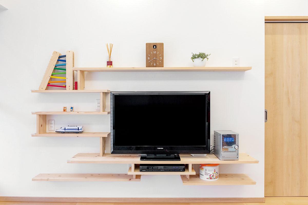 木をランダムに配置したテレビ台は、リビングにデザイン的な要素をプラス