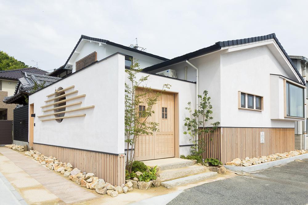 家の周りには江田島の石、床下には江田島の竹炭を使用。