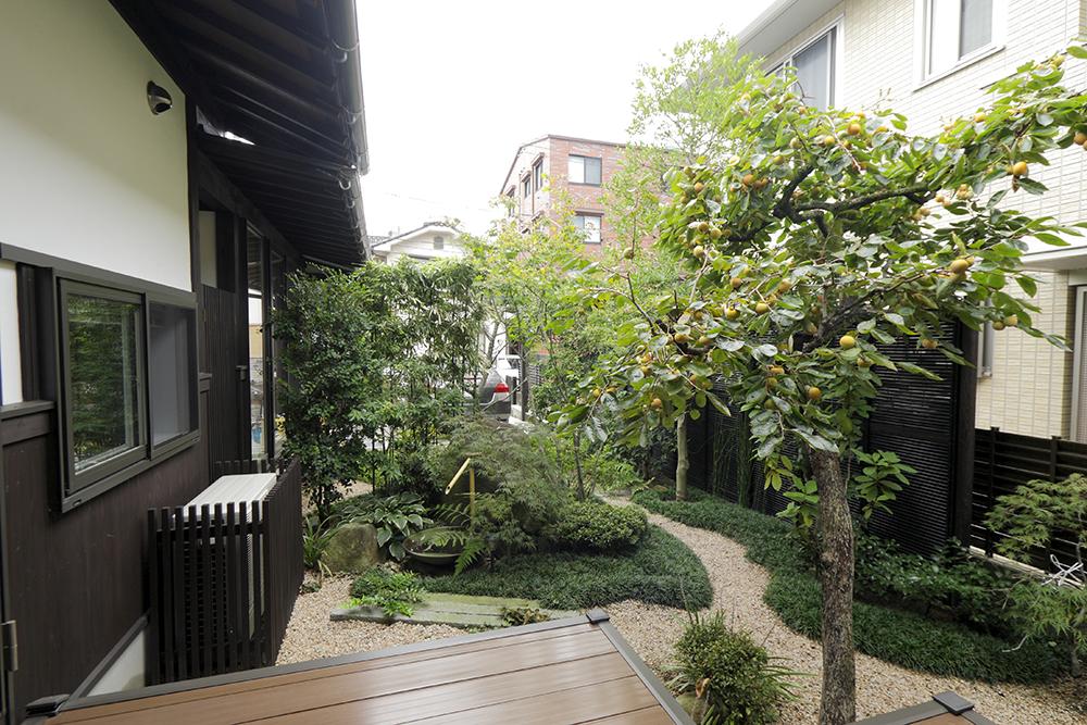 庭は木々を剪定し広縁とつながるデッキを設け、住まいと庭が心地よく調和しています。