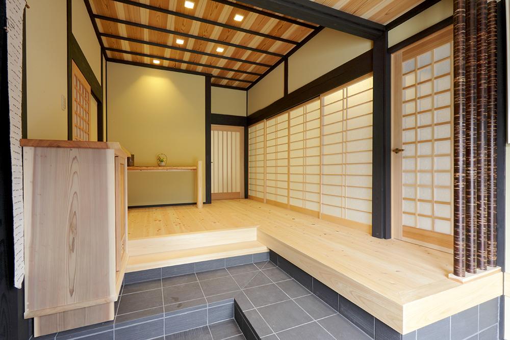 天井は濃淡の目を出す杉板の源平張り。床は檜、飾り柱には桜の皮をあしらい、伝統美を伝える玄関へ。