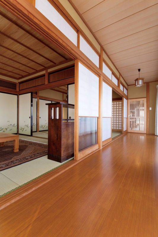 広縁天井と和室天井は杉。床は松。杉の赤味が目を惹きます