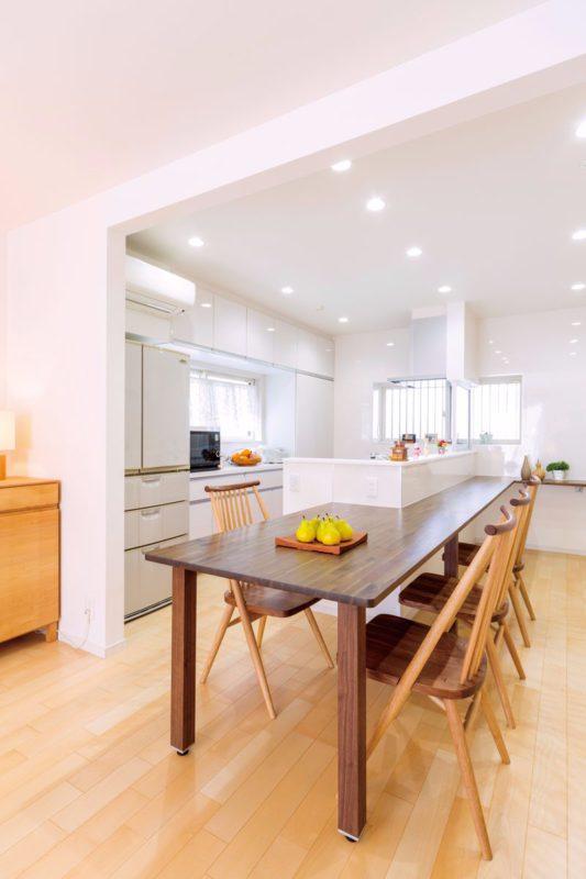 ダイニングテーブルが必要ないほどの広さのキッチンカウンター
