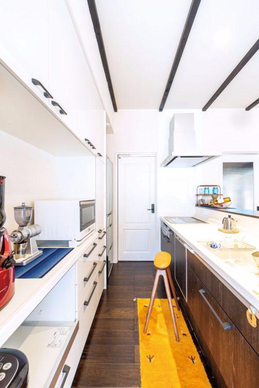 キッチンは木調、カップボードは白で統一し、すっきりと