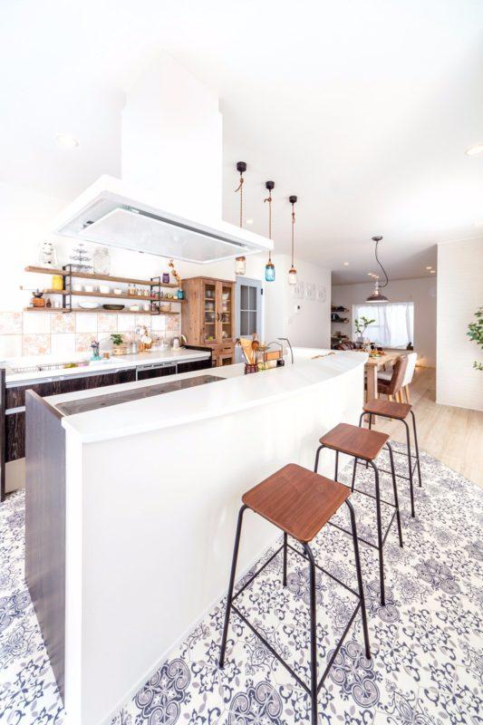 ダイニングカフェのようなアールのキッチンカウンター