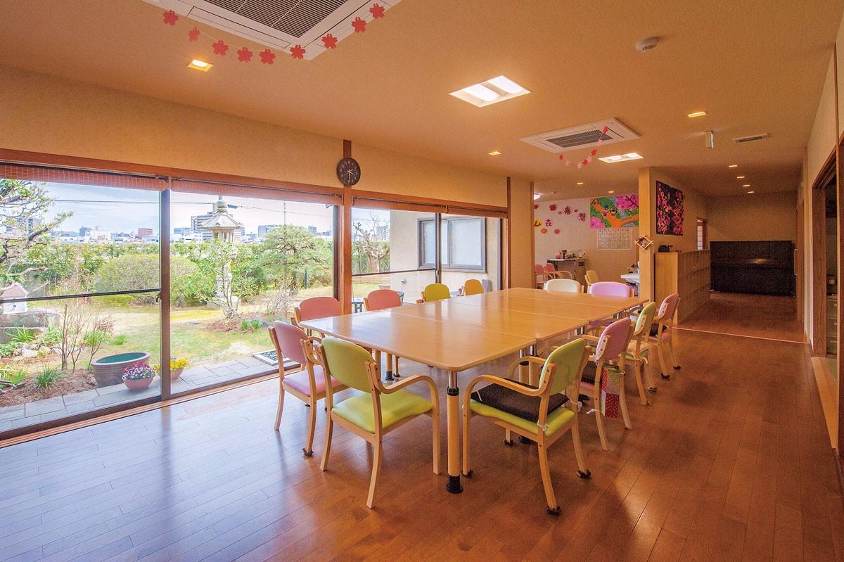 天井に照明と空調を埋め込んだ、庭の眺めを楽しめる食堂
