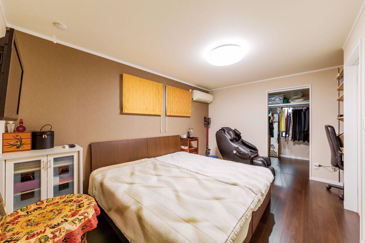 既存の窓を小さくして、落ち着きを高めた寝室